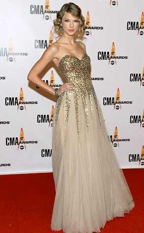 Taylor Swift @ CMA Awards. Glamorous. Flawless. As ever. All pictures are E!