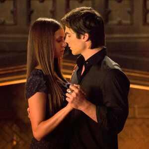 Nina Dobrev revela que recebe conselhos da m&atilde;e para fazer cenas de sexo em <i>Vampire Diaries</i>