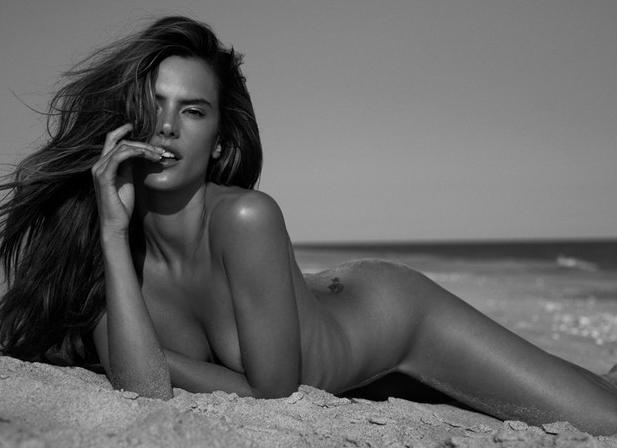 Alessandra Ambrosio posa completamente nua na areia