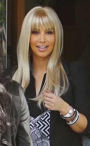 Kim Kardashian luce completamente platinada