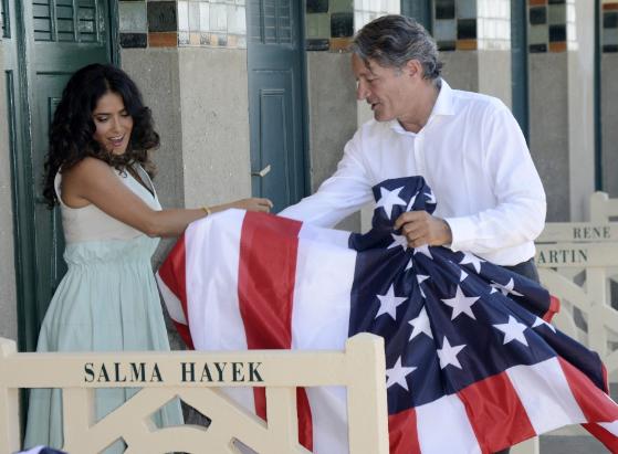 Salma Hayek prefirió posar con la bandera de Estados Unidos que con la de México