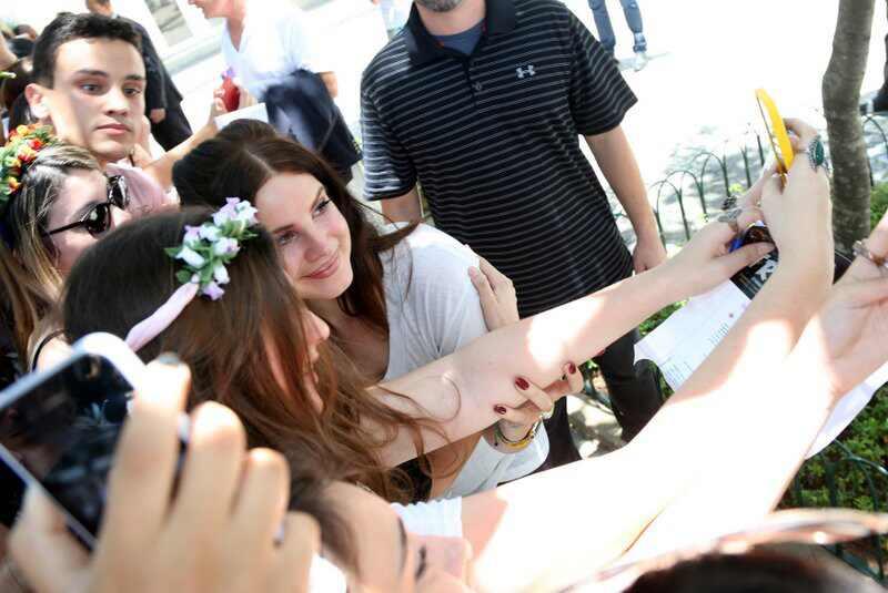 Lana Del Rey beija boca fãs Rio de Janeiro Brasil