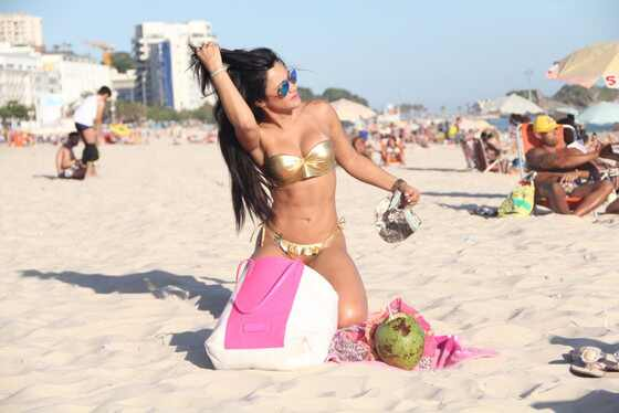 Tati Neves brasileira dormiu Justin Bieber na praia de biquíni