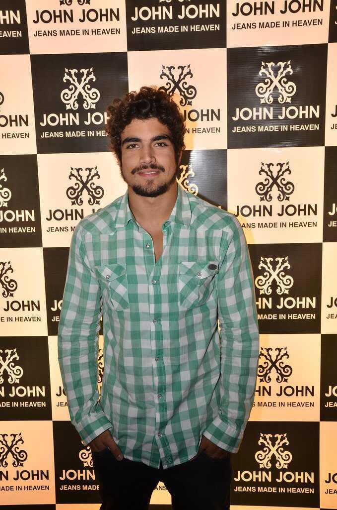 Caio Castro Sophia Abrahão Jonatas Faro evento John John SP