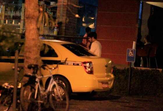 Caio Castro e Maria Casadevall flagrados se beijando