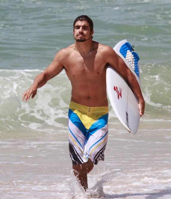 Caio Castro fotos surfa sem camisa