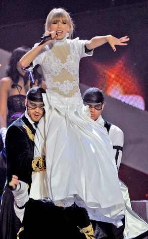 Taylor Swift aparece con un vestido de novia  y hace un striptease en los Brit Awards
