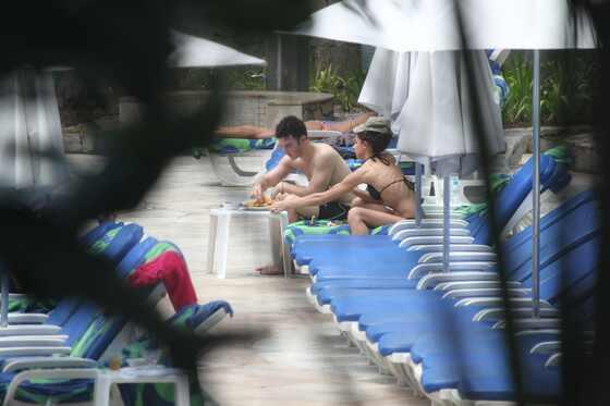 Kevin Jonas e Danielle Deleasa na piscina