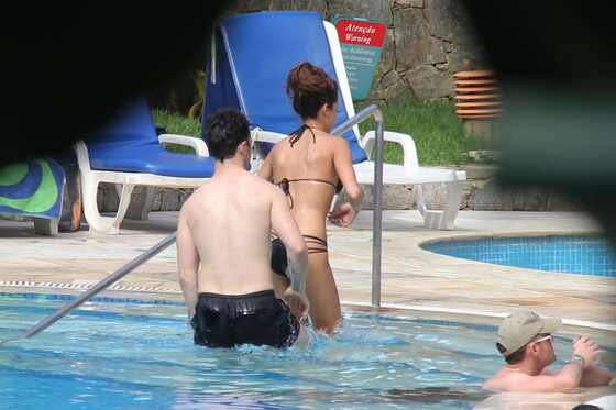 Danielle Deleasa e Kevin Jonas namoram na piscina de hotel no Rio