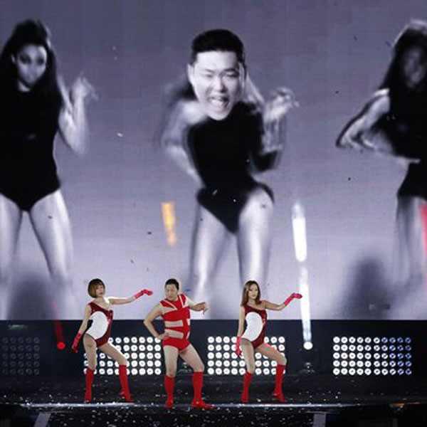 Psy se veste de Beyoncé em show