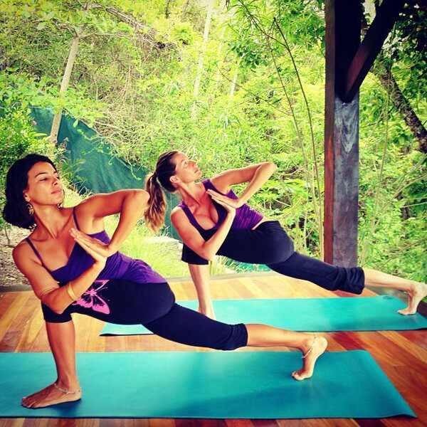 Gisele Bundchen praticando ioga