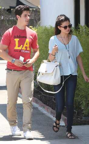 Selena Gomez reencontra elenco de antiga série no casamento de David Henrie