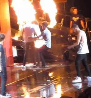 Zayn Malik, Harry Styles, Harry Styles pegando fogo