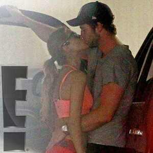 Liam Hemsworth é flagrado beijando Eiza González