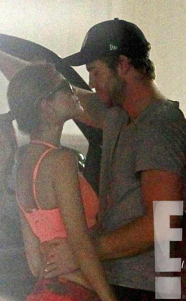 Liam Hemsworth, Eiza Gonzalez, Kissing