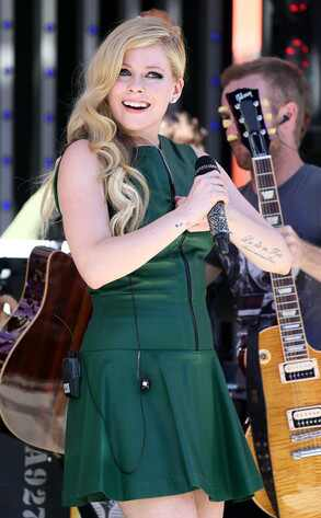 Avril Lavigne lan&ccedil;a clipe de <i>Let Me Go</i>