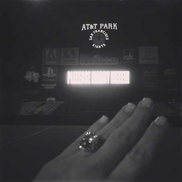 Kim Kardashian mostra seu anel de noivado