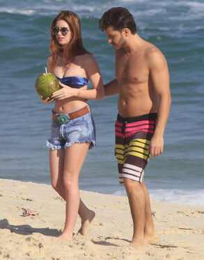 Marina Ruy Barbosa beija Klebber Toledo na praia