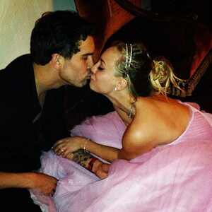 Kaley Cuoco e Ryan Sweeting se casam na virada do ano