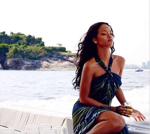 Rihanna topless Brasil fotos