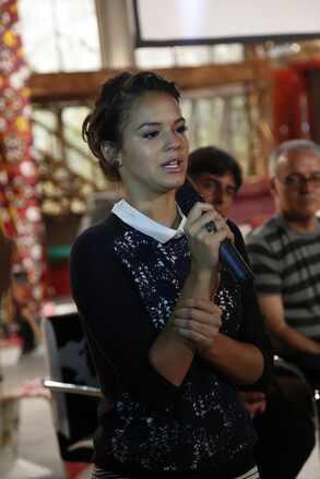 Bruna Marquezine chora durante coletiva de novela Em Família