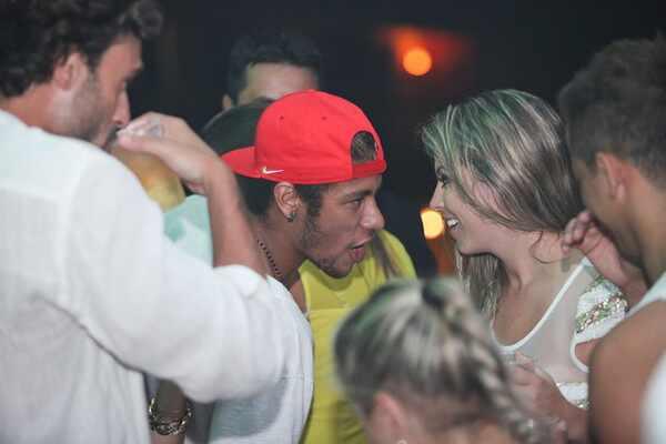 Neymar curte Revéillon com loira