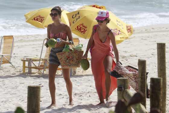 Thaila Ayala e Sophie Charlotte de biquíni na praia
