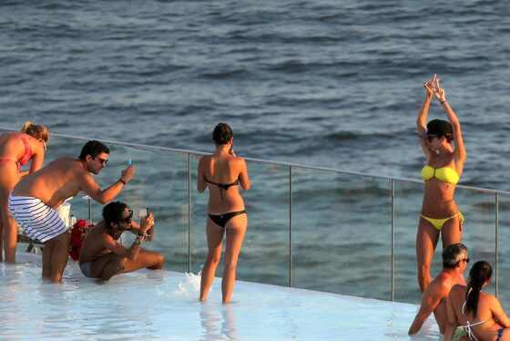 Fiorella Mattheis, Thaila Ayala e amigas de biquíni na piscina