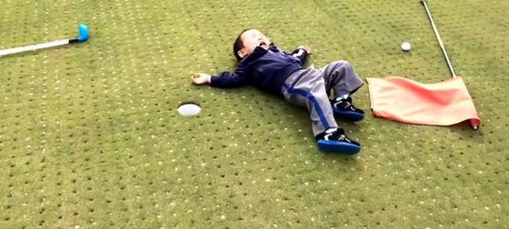Criança jogando golfe