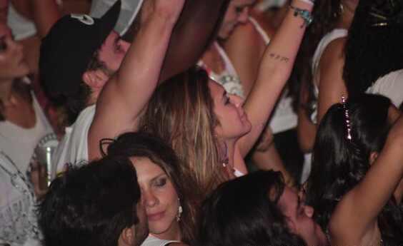 Fernanda Paes Leme beija no Carnaval