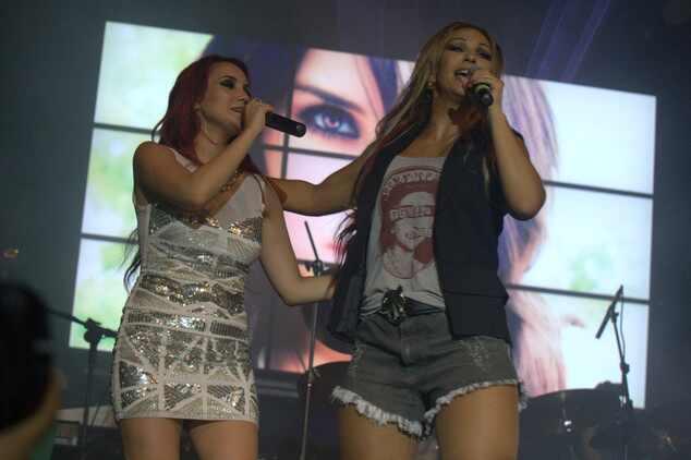 Dulce Maria canta com Valeska Popozuda