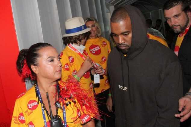 Kanye West assiste desfile das campeãs no Carnaval e dorme