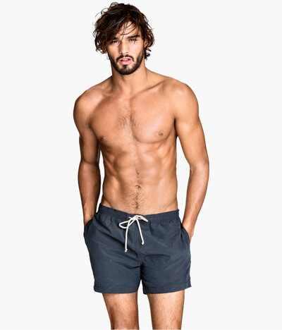 Te damos 15 razones para agradecer la creaci n de los trajes de ba o cortos para hombres - Traje de bano hombre ...