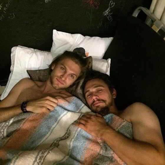 James Franco posa na cama com homem