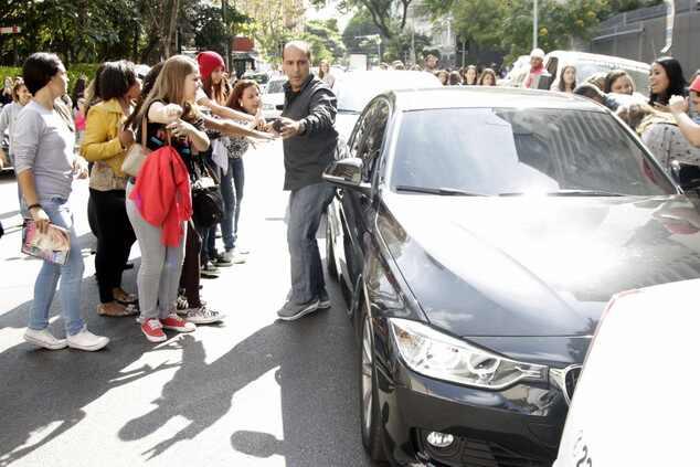 Ian Somerhalder brinca com fãs e pede silêncio