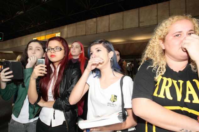 Fall Out Boy desembarca no Brasil e fãs choram em aeroporto