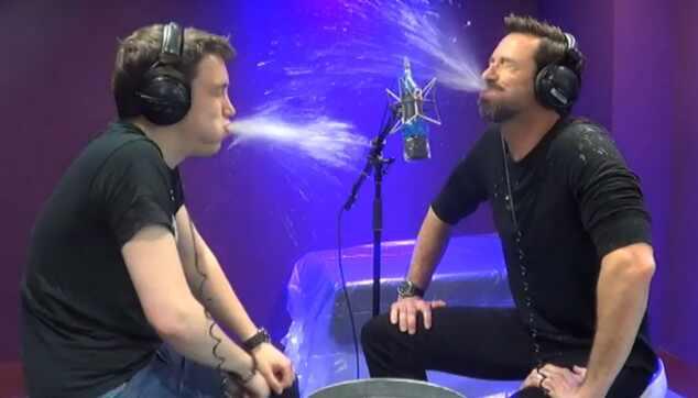 Hugh Jackman cospe água em apresentador de rádio