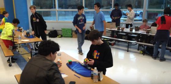 OMG! ¡Mira cómo este chico resuelve un Cubo Rubik en menos de 5 segundos! (+ Video)