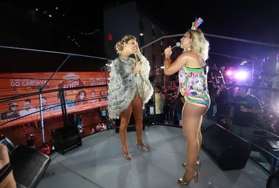Claudia Leitte e Valesca Popozuda promovem beijaço gay no Carnaval