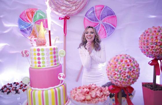 Taci Alcolea ganha festa surpresa de aniversário  E! Online Brasil
