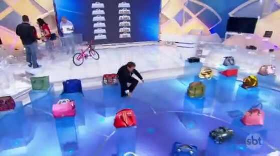 Silvio Santos cai em programa