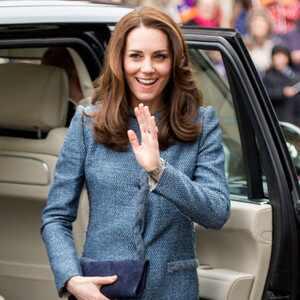 Kate Middleton faz compras em brechó que beneficia ONG
