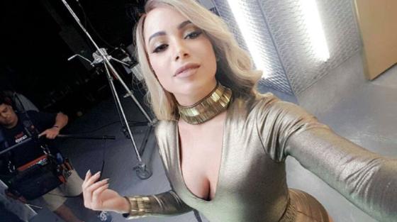 Anitta surge loira em sessão de fotos e imita Mariah Carey