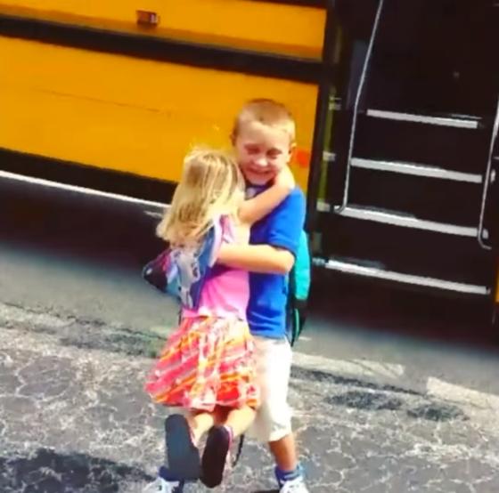 Mãe grava filha abraçando o irmão todos os dias após a escola