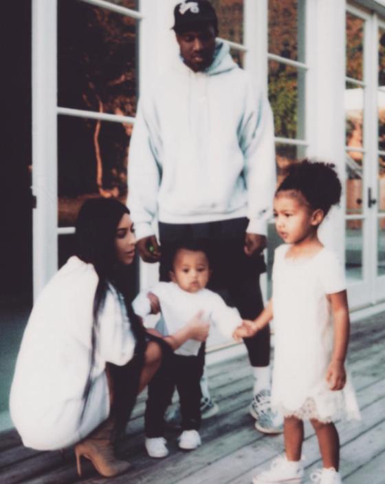 Kim Kardashian retorna às redes sociais com foto da família