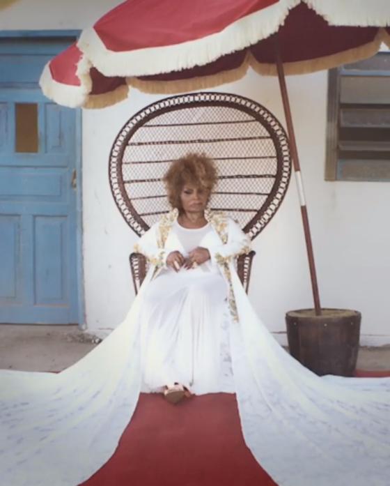 Elza Soares. Foto do site da E! Online que mostra Elza Soares lança novo clipe para a música A Carne