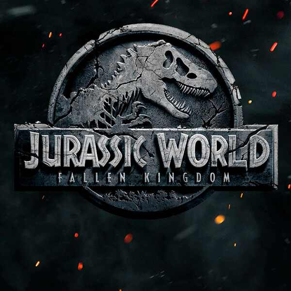 Chris Pratt. Foto do site da E! Online que mostra Chris Pratt interage com dinossauro em teaser de Jurassic World 2