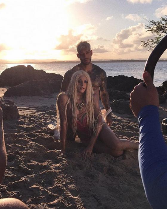 Lucas Lucco e Pabllo Vittar sensualizam na praia em gravação de clipe