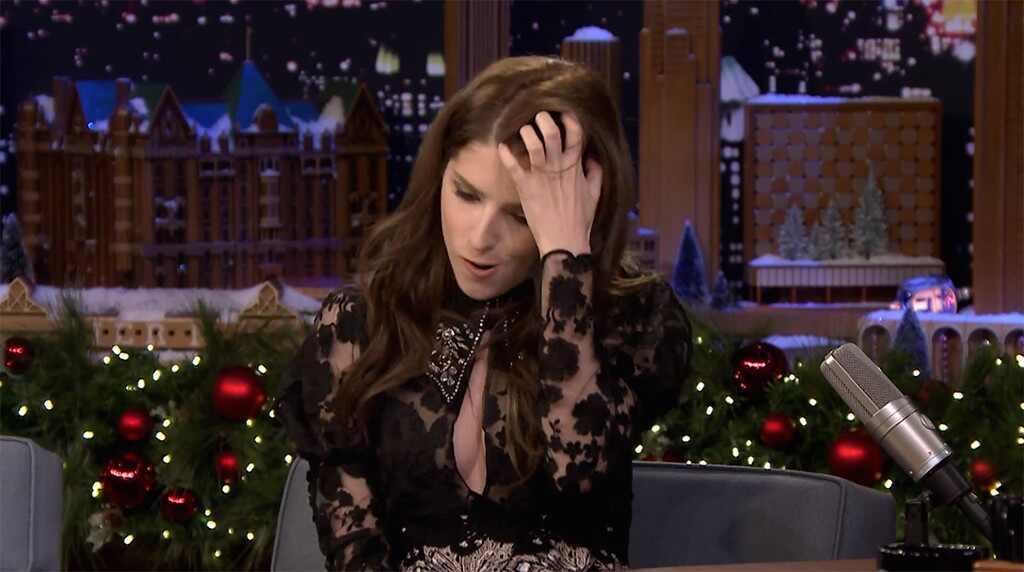 Anna Kendrick. Foto do site da E! Online que mostra Anna Kendrick impressiona com imitação de Kristen Stewart