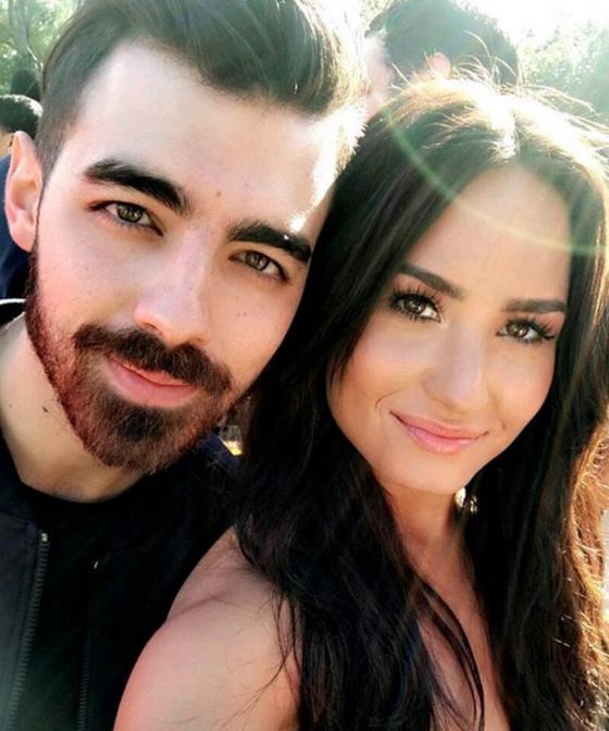 Joe Jonas posa com Demi Lovato e alegra fãs de Camp Rock